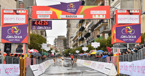 GIRO DI SICILIA - A Ragusa McNulty conquista tappa e maglia