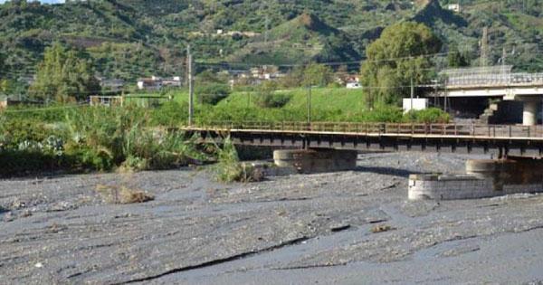 DISSESTO IDROGEOLOGICO - Santa Teresa di Riva, si ripulisce il torrente Savoca