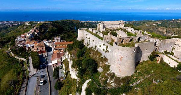 VENETICO - Si mette in sicurezza la collina del castello