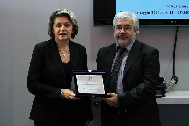 L'assessore per la funzione pubblica e per le autonomie locali Caterina Chinnici durante la premiazione dell'Ufficio stampa della presidenza della Regione